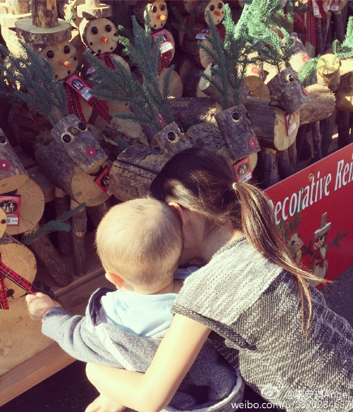 圣诞未至,气氛已来 萌神奥莉长成大姑娘了 抱着弟弟挑礼物